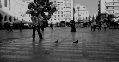 Ομπρέλες και μπαλόνια στη βροχή