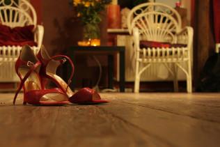 high-heeled-shoes-285664_1920