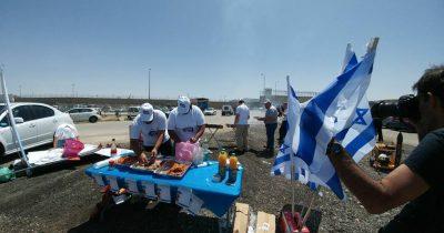 Ισραηλινοί προκαλούν τους παλαιστίνιους απεργούς πείνας ψήνοντας έξω από τις φυλακές