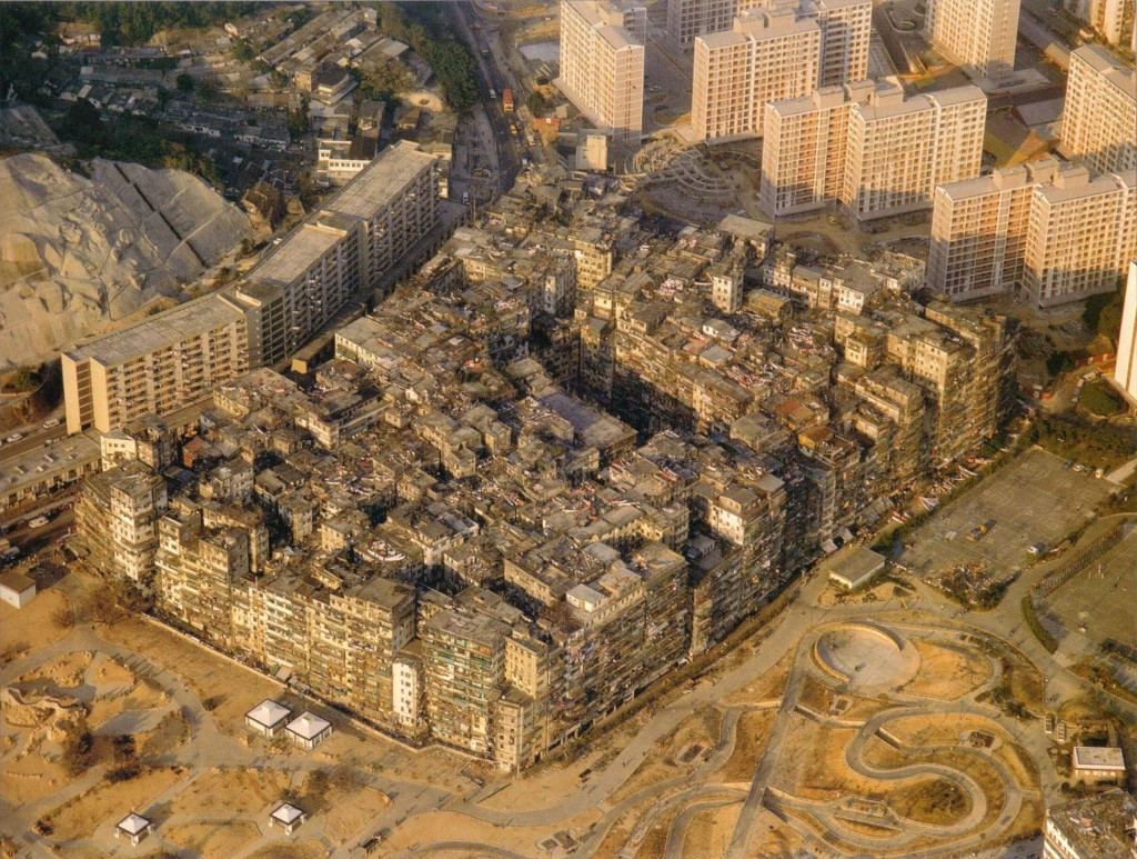 By Ian Lambot - http://cityofdarkness.co.uk/order-print/01-aerial-view/Also found in the book City of Darkness - Life in Kowloon Walled City by Ian Lambot (ISBN 1-873200-13-7)., CC BY-SA 4.0, Link