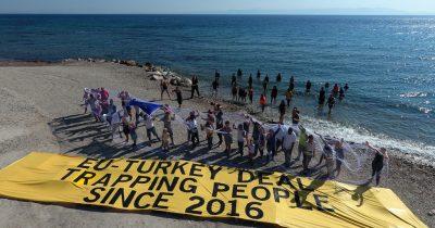 Λέσβος: Συμβολική διαμαρτυρία από πρόσφυγες που έχουν παγιδευτεί στο δίχτυ της συμφωνίας Ε.Ε.-Τουρκίας