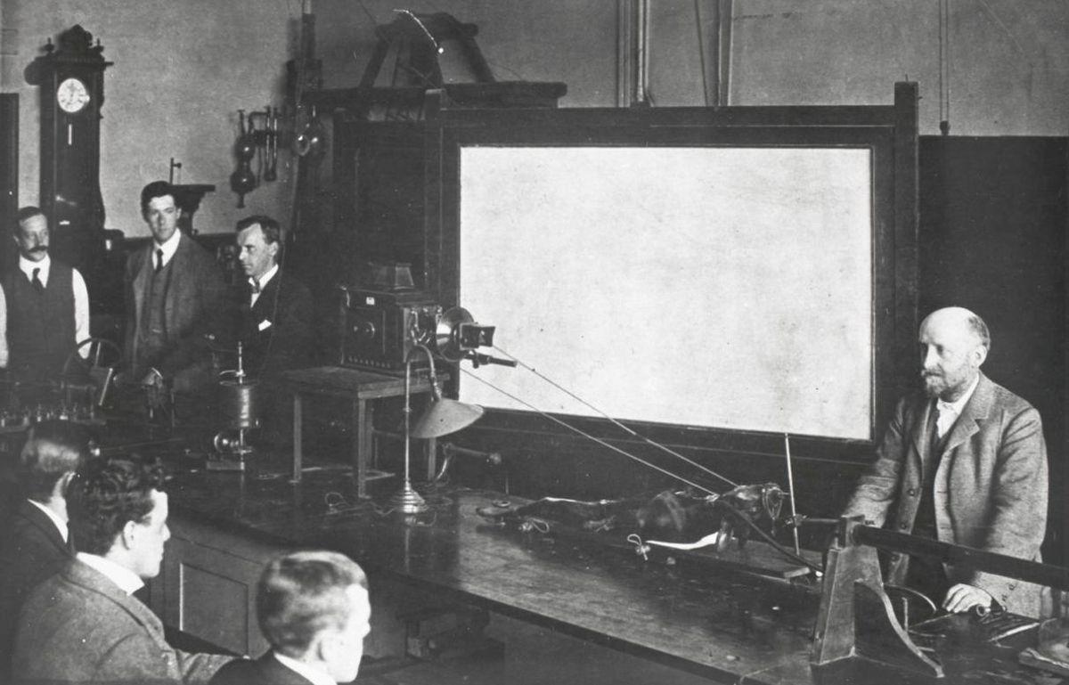 η διάλεξη ανακατασκευάστηκε για το δικαστήριο κατά τη διάρκεια της δίκης του Νοεμβρίου 1903 στο Λονδίνο. Δείχνει τον William Bayliss (που στέκεται μπροστά με αναισθητοποιημένο σκυλί) και στα δεξιά του Ernest Starling, τον Henry Dale και τον τεχνικό εργαστηρίου, τον Charles Scuttle.