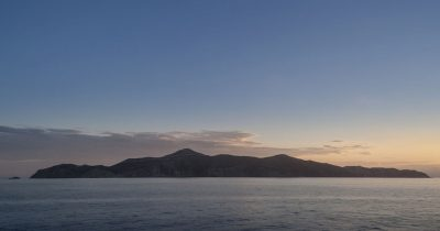 Κάποτε, λίγο έξω από το Σούνιο, ήταν ένα μικρό νησάκι. Ο Άγιος Γεώργιος...