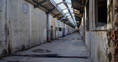 Η Ερμούπολη, η Πάτρα, η κλωστοϋφαντουργία, τα κουφάρια μιας άλλης εποχής και η ξεχασμένη μνήμη των πόλεων