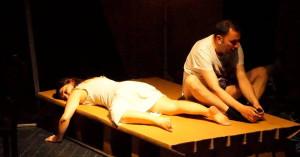 Τελευταίες παραστάσεις για την παράσταση «Ευτυχείτε!» στο θέατρο «Τόπος Αλλού»