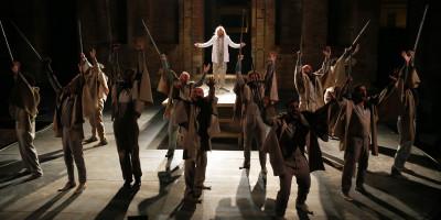 «Αγαμέμνων» σε σκηνοθεσία Τσέζαρις Γκραουζίνις – Ένας Βασιλιάς υποδειγματικά λιτός