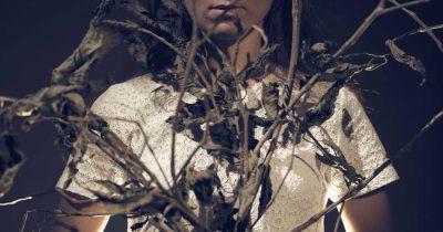 «Στην Εξοχή» του Martin Crimp σε σκηνοθεσία Νέλλης Καρρά στο θέατρο skrow