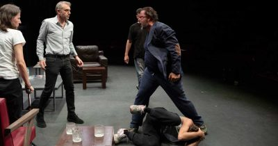 Η παράσταση «Στέλλα κοιμήσου» του Γιάννη Οικονομίδη στο Θέατρο Τζένη Καρέζη
