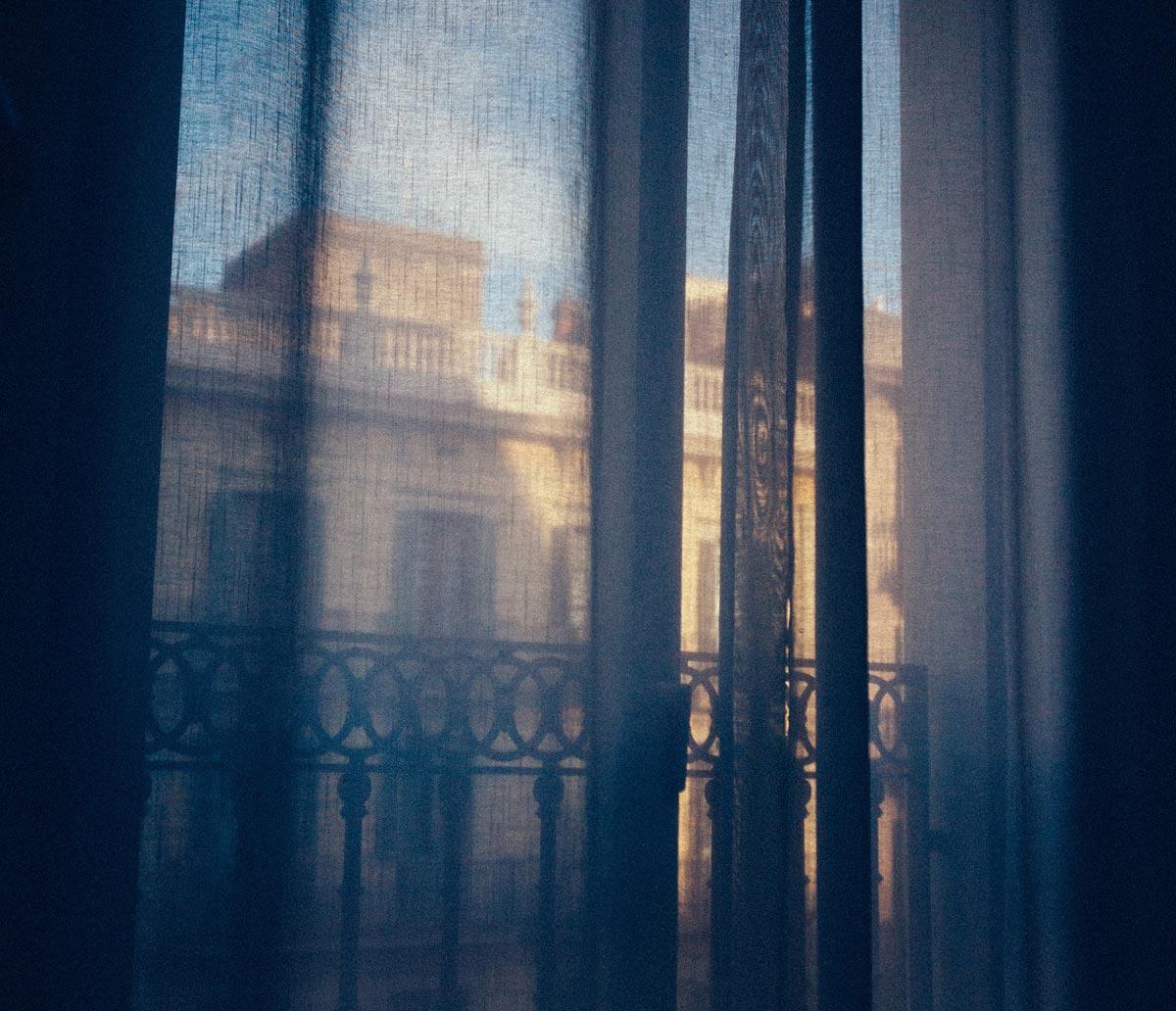 drapes-1209999_1920-1