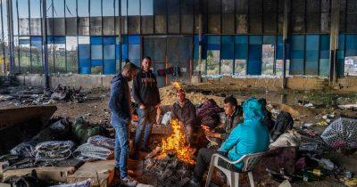 «Κανένας άνθρωπος δεν θα έπρεπε να ζει έτσι»: Η καθημερινότητα εκατοντάδων μεταναστών και αιτούντων άσυλο εγκλωβισμένων στη Βοσνία