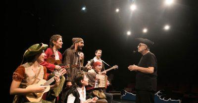 Τελευταίες παραστάσεις για το «Ως την άκρη του κόσμου» στο Θέατρο Τζένη Καρέζη