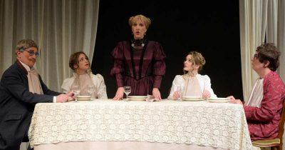 Το θέατρο Στοά τιμά τον Μποστ ανεβάζοντας το έργο «Το επάγγελμα της μητρός μου» σε διασκευή και σκηνοθεσία Θανάση Παπαγεωργίου