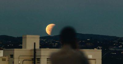 Για ένα κατακόκκινο φεγγάρι
