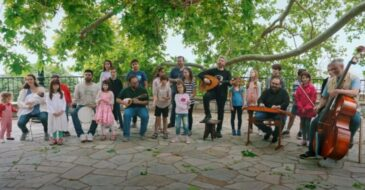 Αλκίνοος Ιωαννίδης και Εστουδιαντίνα Νέας Ιωνίας Βόλου τραγουδούν «Tο νερό των Σταγιατών»