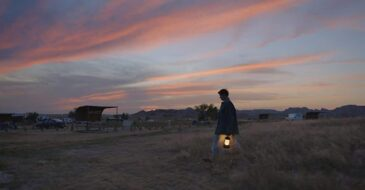 Nomadland: «Έξω οι δρόμοι αναπνέουν διψασμένοι, ανοιχτοί», αλλά οι εικόνες τους δεν πάλλονται στην ταινία
