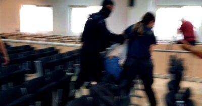 Βίαιη επίθεση της αστυνομίας μέσα στο δικαστήριο κατά των 11 Τούρκων και Κούρδων πολιτικών προσφύγων